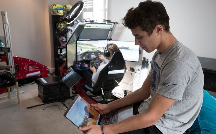 shop.gperformance.eu -Lando Norris explains the key differences between racing in reality and in simulator